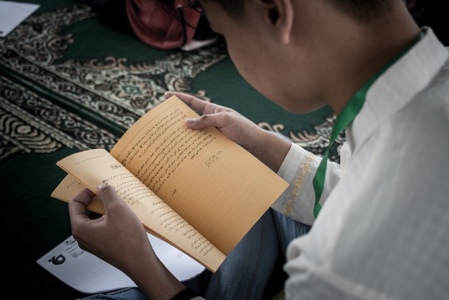 SAefulloh membaca kitab kuning saat Pesantren Sains