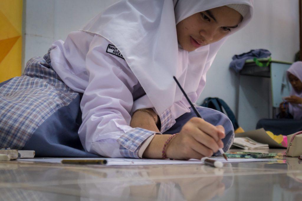 Zahra menggambar saat Perlombaan Bulan Bahasa