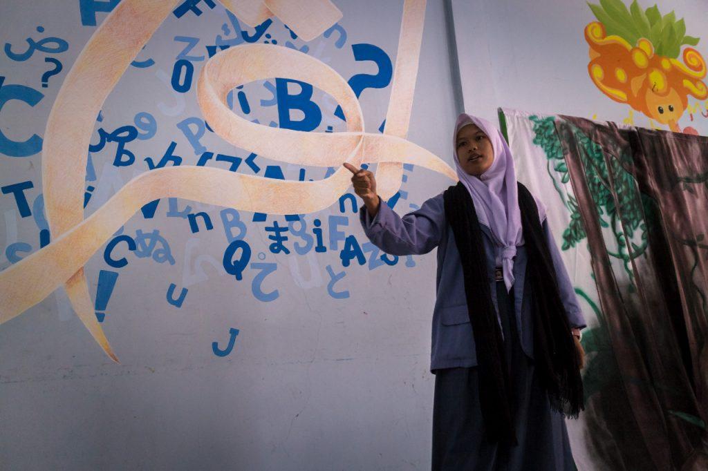 Hasna membaca Puisi saat Perlombaan Bulan Bahasa
